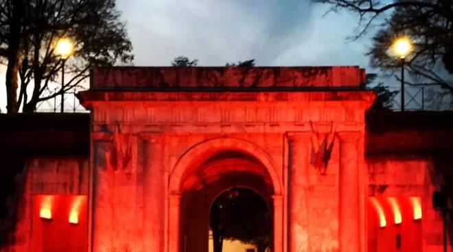 Lucca si colora di rosso per dire no alla violenza sulle donne
