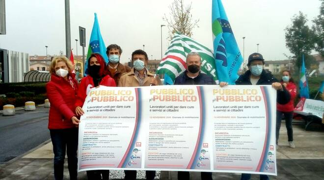Presidio dei lavoratori della sanità davanti al S. Luca