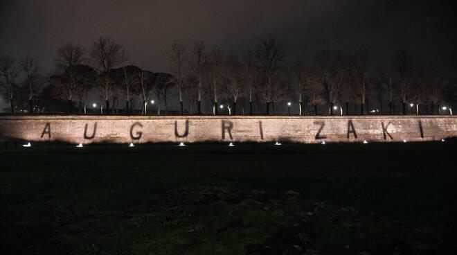 Auguri Zaki scritta mura di Lucca
