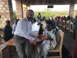 don donato agostinelli serve in una mensa in uganda