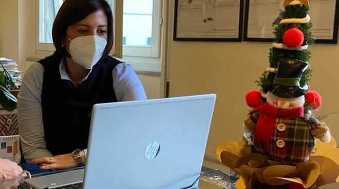 giulia deidda sindaco santa croce sull'arno con la mascherina durante il coronavirus