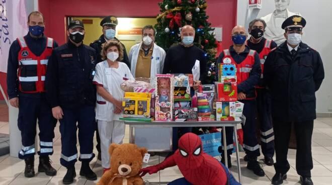 i carabinieri di pontedera consegnano i regali di natale ai bambini in ospedale