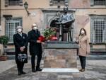 mazzo di fiori Giacomo Puccini statua anniversario nascita