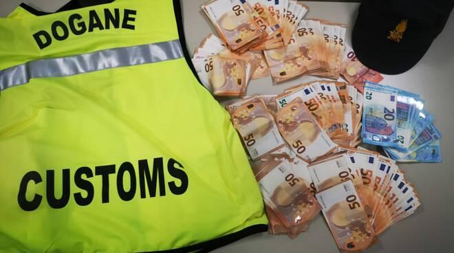 soldi occulati aeroporto Pisa