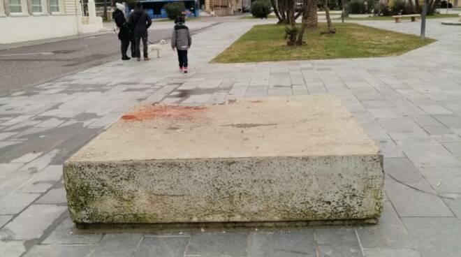 basamento cemento in piazza maria luisa
