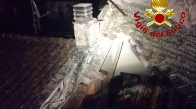 crollo di parte del tetto a casteldelbosco di montopoli valdarno