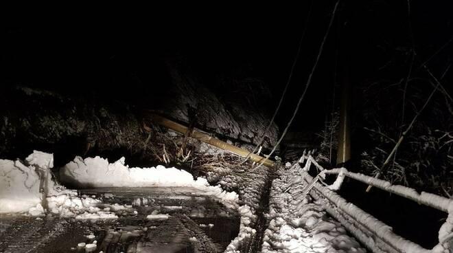 E-Distribuzione operai al lavoro neve Garfagnana