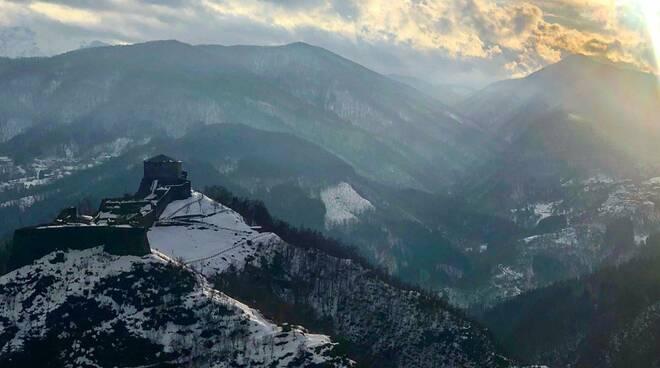 Fortezza delle Verrucole con la neve foto di Giuseppe Santi