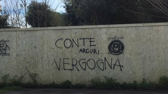 scritte contro il governo a Pietrasanta sul viale Apua