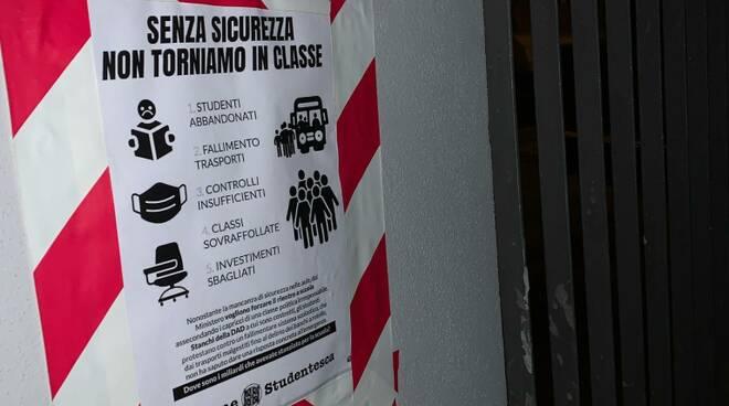 """""""Senza sicurezza non torniamo in classe"""", Azione studentesca sigilla i cancelli a San Miniato e Pontedera"""