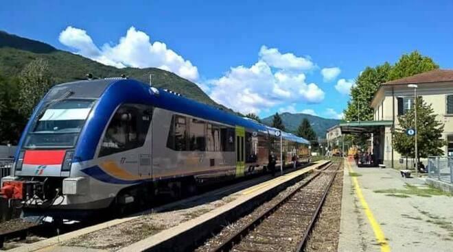 treno stazione Piazza al Serchio