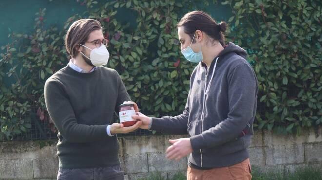 consegna passata pomodoro al vicesindaco di Capannori