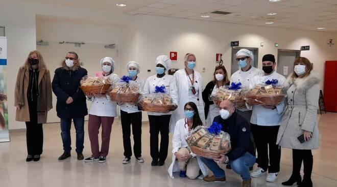 i ragazzi dell'Isi Barga consegnano biscotti al San Luca