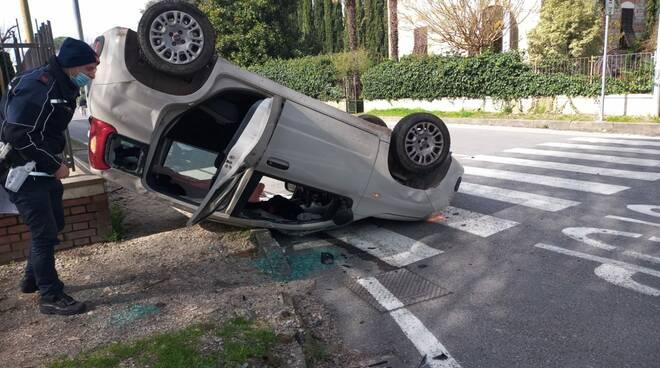 incidente via Jacopo della Quercia via Nicola Farnesi auto ribaltata