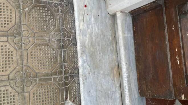 macchie rosse su palazzi viareggio
