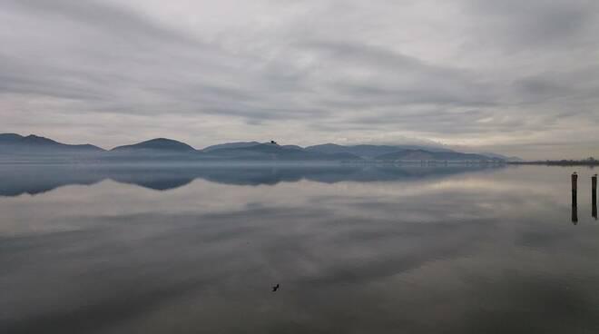nebbia sul lago foto di Letizia Tassinari