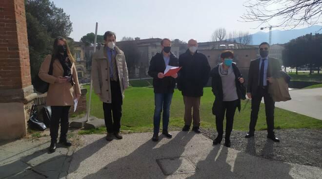 Petizione siamo Lucca contro le balaustre sulle Mura