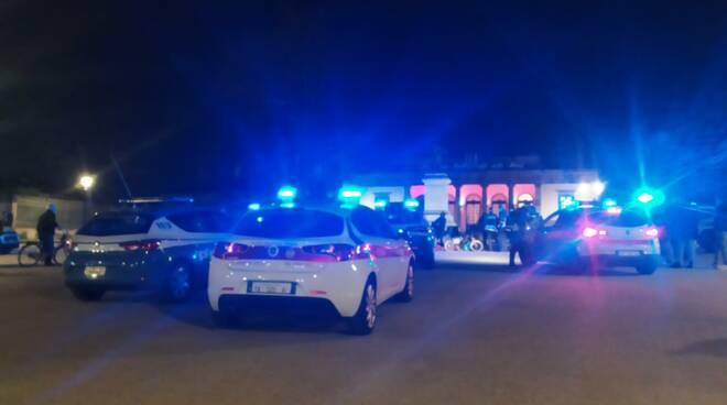 polizia e polizia municipale salita caffè delle mura lucca musicista solitario