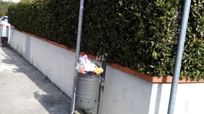 rifiuti al fontanello acque in via Fucecchiello a fucecchio