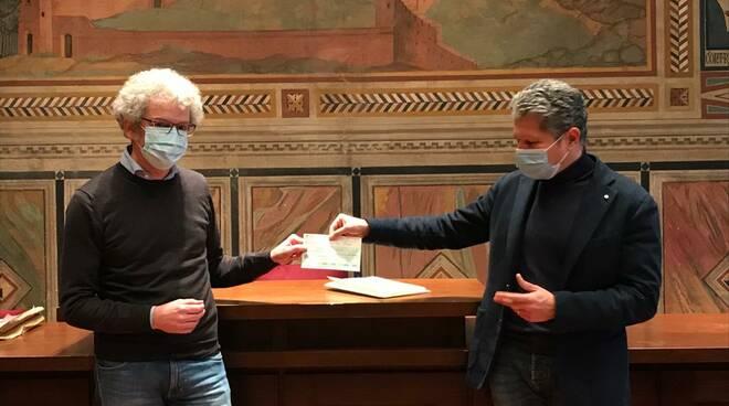 Un assegno all'istituto sacchetti di San Miniato in memoria dell'assessore Gianluca Bertini