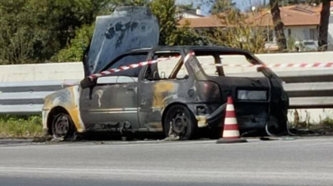 auto fiamme Fucecchio via Cesare Battisti