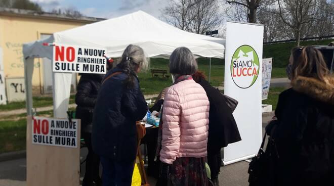 Banchetti SiAmo Lucca per la raccolta firme contro le ringhiere