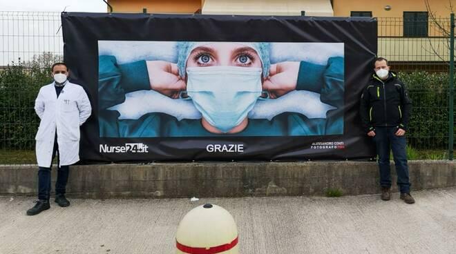 foto striscione ringraziamento sanitari ospedale San Luca