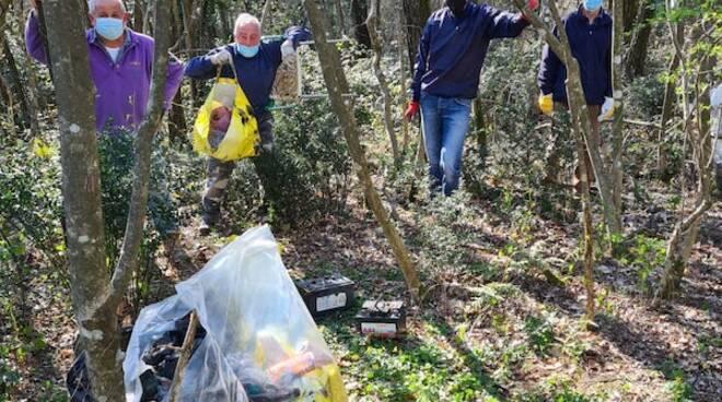 gruppo ecologico raccoglie i rifiuti sulle sponde del rio Mulernino