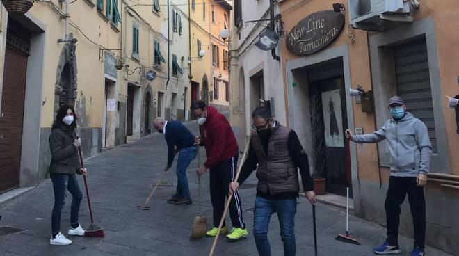 i commercianti del Centro Commerciale Naturale di Santa Maria a Monte puliscono le strade