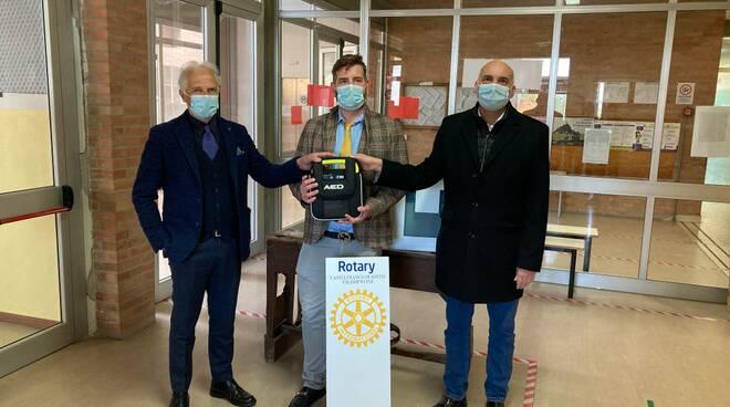 il rotary club di castelfranco di sotto dona un defibrillatore alla scuola di Orentano