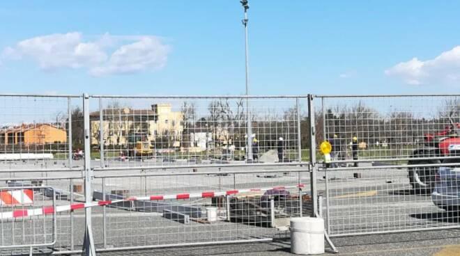 palavaccino in costruzione in piazza del mercato a pontedera (foto enrico damiani)