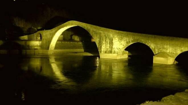 Ponte del Diavolo illuminato di giallo
