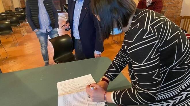 Sara d'Ambrosio firma l'accordo sindacale sulle politiche sociali