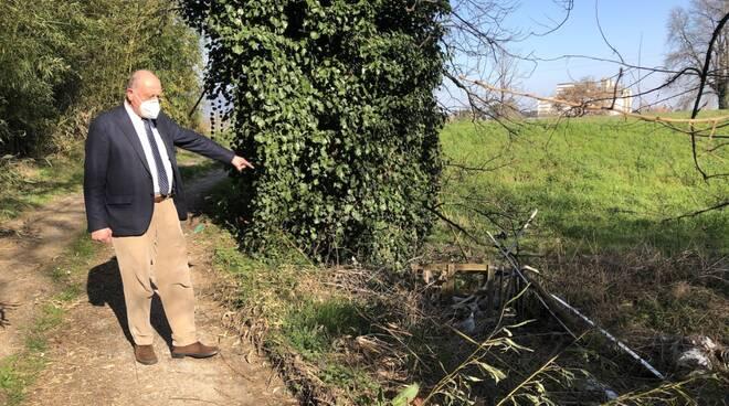 Sindaco a caccia di rifiuti abbandonati sul territorio