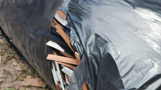 sindaco, consiglieri e volontari di fucecchio impegnati nella pulizia del sottobosco delle cerbaie