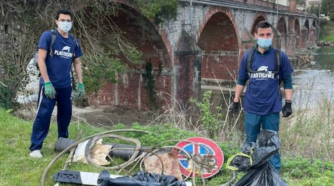 volontari Plastic Free lungo il parco fluviale