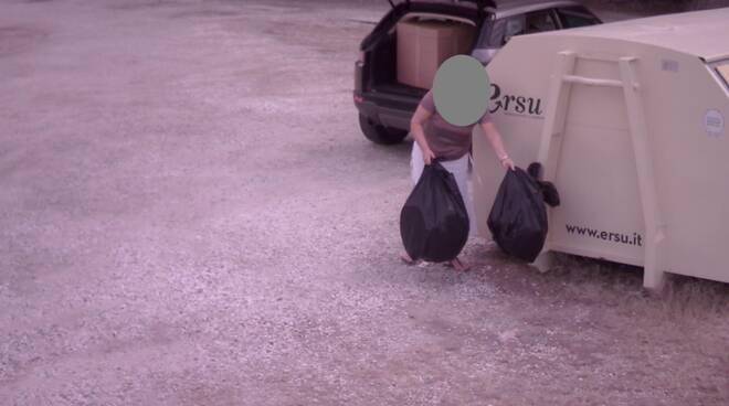 abbandono rifiuti a pietrasanta