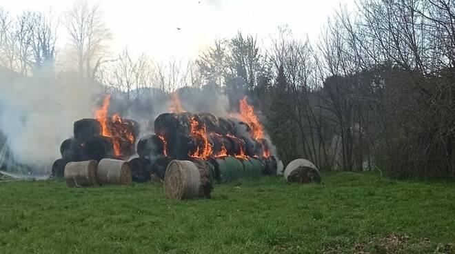 Fieno in fiamme azienda agricola Pieve Fosciana