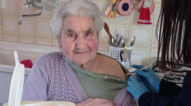 Giuseppe Filie anziana vaccinata a casa a Pietrasanta