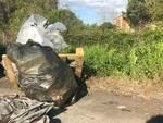 rifiuti abbandonati e poi ripuliti da Sistema Ambiente in via delle Città Gemelle