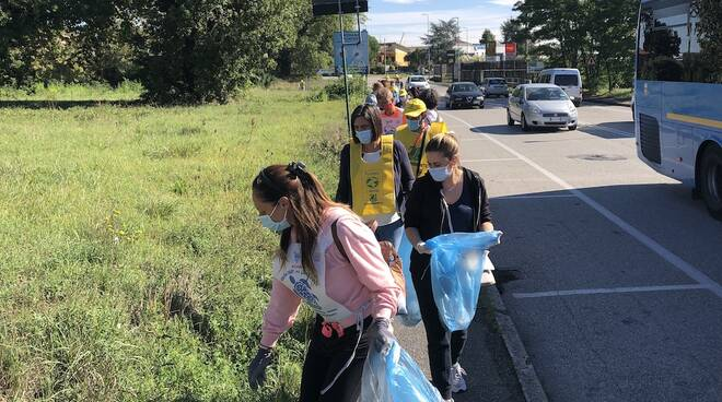 volontari raccolgono i rifiuti ad altopascio