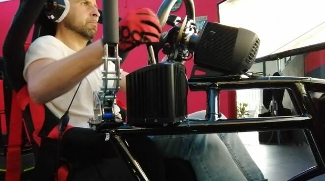 Daniele Panelli al volante del simulatore di Lucca Racing Simulation