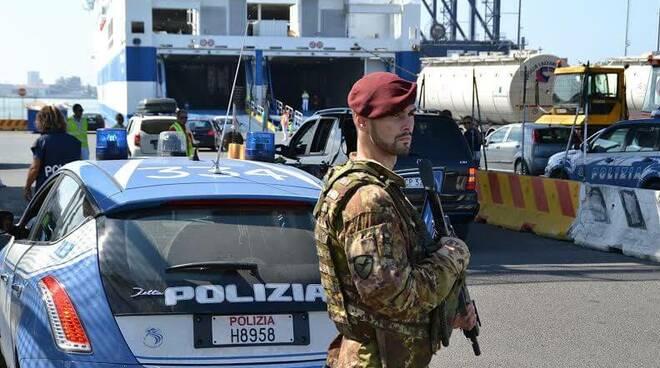Polizia ed esercito al porto di Livorno