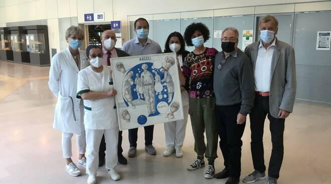 Il pittore Emilio Cavani consegna una sua opera all'ospedale San Luca