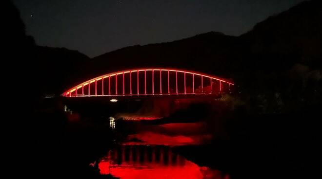 ponte di Rivangaio illuminato di rosso