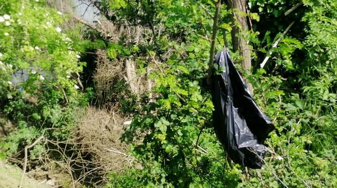 rifiuti sulla sponda di Montopoli dell'Arno