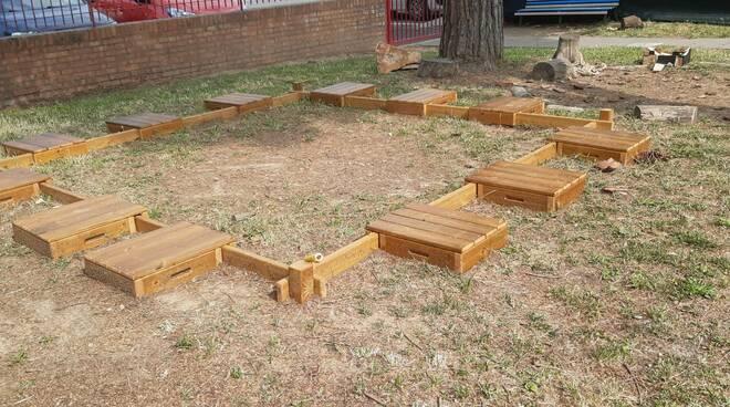 Arredi di legno per scuola all'aperto