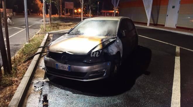 Auto in fiamme nel parcheggio della Conad a Santa Croce