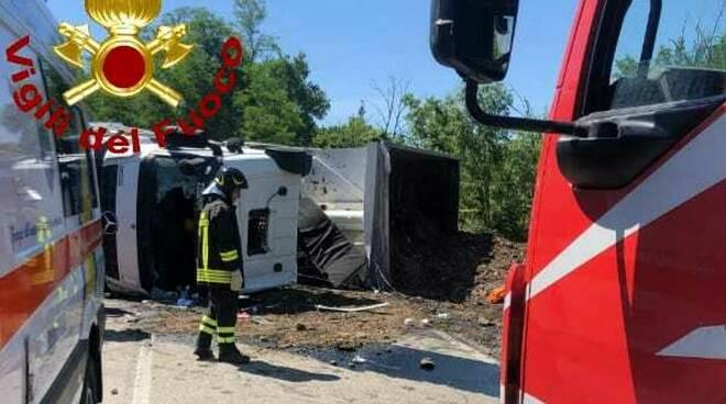 camion ribaltato a Pomarance