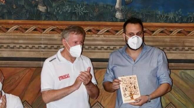 Etrusca basket incontra il vescovo Migliavacca e il sindaco Simone Giglioli